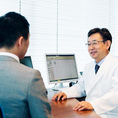 患者様と向かい合い話を聞くドクターのイメージ