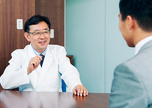 患者様に笑顔で答えるドクター